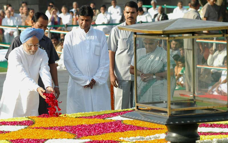 The President, Smt. Pratibha Devisingh Patil paying floral tributes to the Father of the Nation Maha