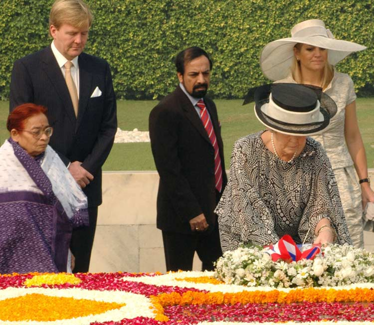 Her Majesty, Queen Beatrix of the Netherlands laying wreath at the Samadhi of Mahatma Gandhi