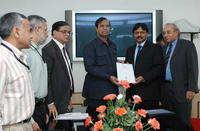 The Union Minister for Shipping, Road Transport and Highways, Shri T. R. Baalu being presented the R