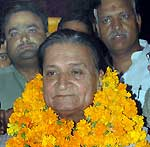 Sr Cong. leader Bhawani Shankar Sharma reached Bikaner with party ticket for Bikaner Mayor Election