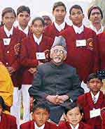 VP Mohd Hamid Ansari with the �National Bravery Award � 2009 Winner Children� in New Delhi