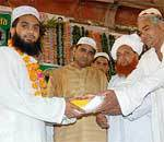 Mahapur Maqsood Ahmed honoring Hafizes at Istakbal-e-Hafiz held at Bada Bazar Bikaner