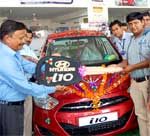 Sanjy Rai delivering key of Bikaner's first New Generation Hyundai i10 car to customer