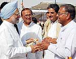 Rewantram Pawar and Dr BD Kalla wishing Dr Manmohan singh on Bikaner arrival