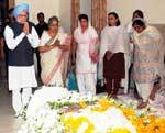 PM Manmohan Singh & Gurusaran Kaur pay tribute to Rajasthan Governor Prabha Rao