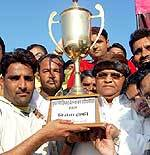 Pushkarna Academy receiving Trophy of Pushkarna Cricket Challenge Cup 2009 from Kanhiya Kalla
