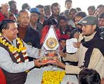 Bikaner Mayor Bhawani Shankar Sharma awarding trophy to Rangrez Community Cricket Cup winner