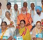 Spiritual Guru Somgiriji with educationist honored with Shiksha Rishi Samaan